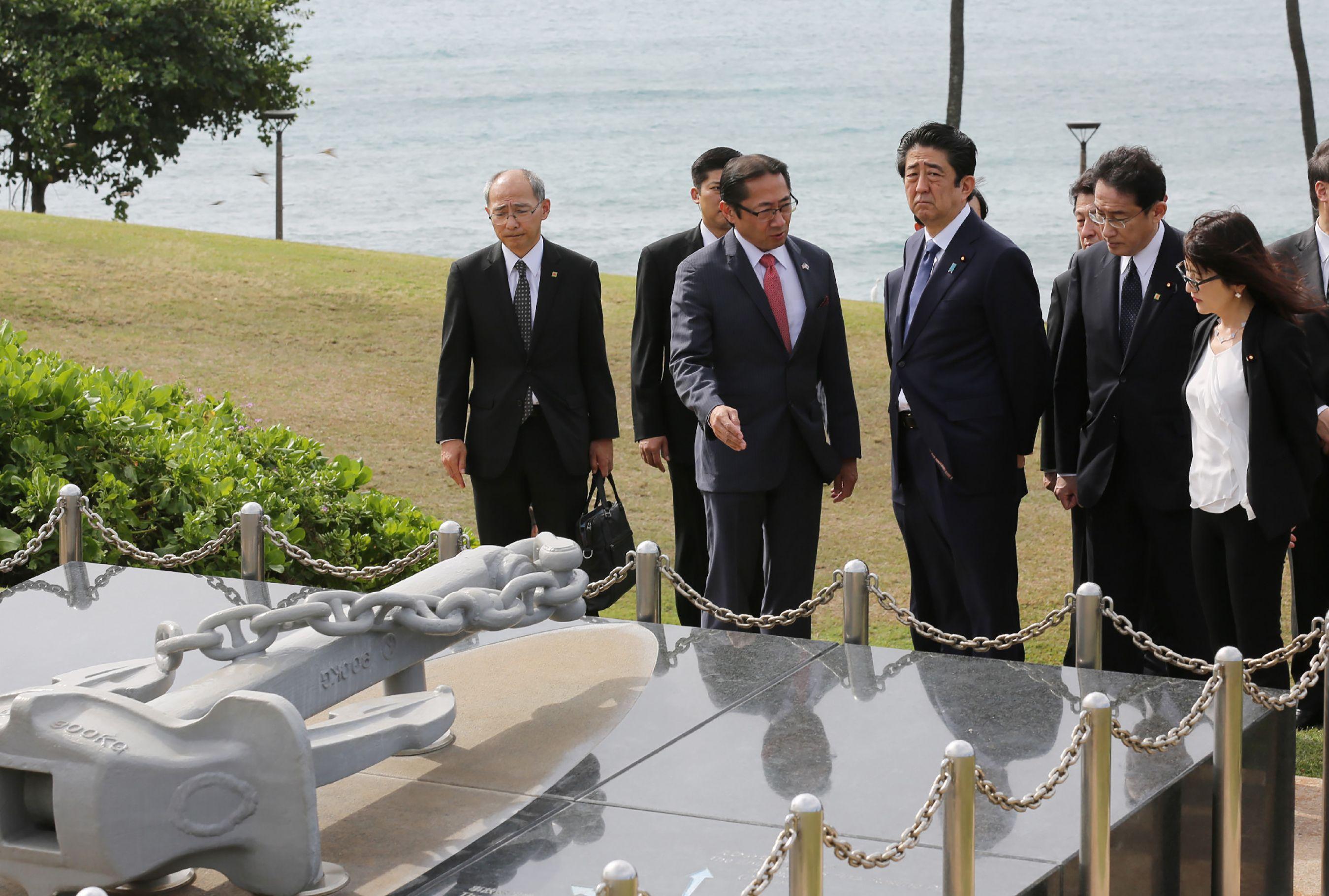 Depois de Hiroshima, Abe e Obama prestam homenagem em Pearl Harbour