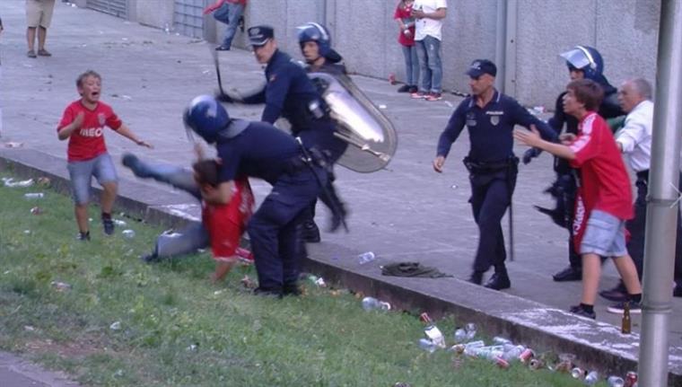 Polícia que agrediu adepto em Guimarães voltou aos jogos de futebol