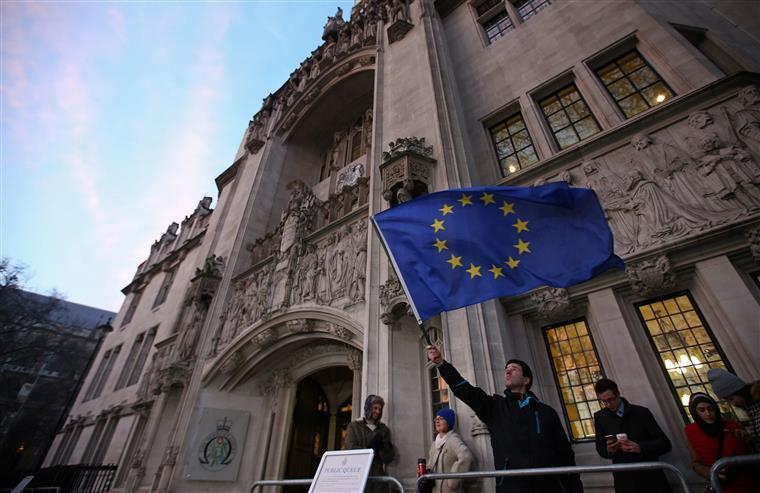 Governo britânico obrigado a pedir autorização ao parlamento para iniciar Brexit